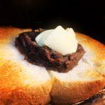 涼しい日には甘さ控えめあんこ&じゅわっと溢れるバターのあんバタートーストを、温かい珈琲で流し込むっ😋
